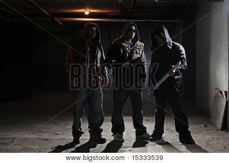 Gang-Mitglieder in einer dunklen Gasse