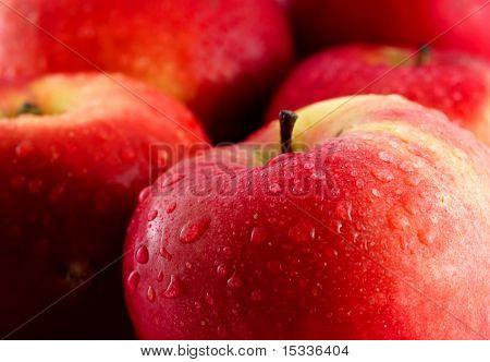 manzanas rojas con gotas de agua