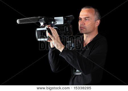 Junge männliche Videoanbieter schießen bei Nacht oder im Studio