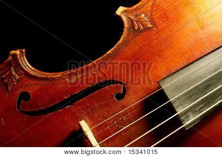 Parte de violín vintage sobre fondo negro