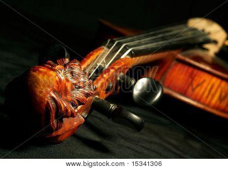 Teil der Vintage Violine auf schwarzem Hintergrund