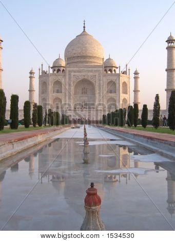 Taj Mahal Frontansicht vertikale mit Wasser Cannal, Agra, Indien