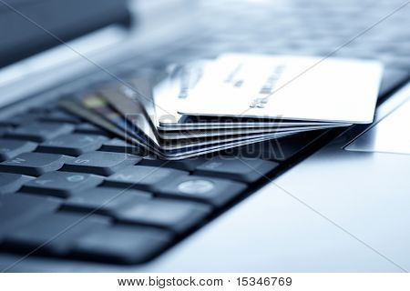 Cartões de crédito e laptop. DOF raso