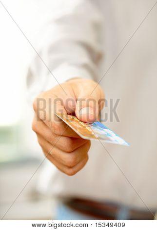 Mano con tarjeta de crédito. DOF superficial
