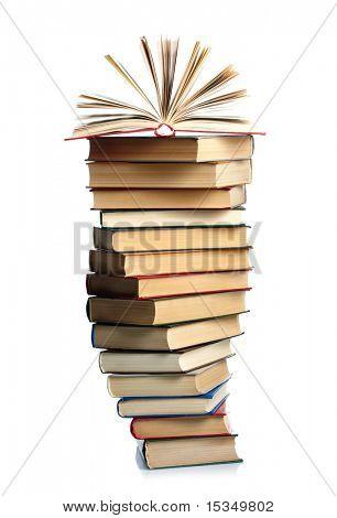 Stapel von Büchern, die isoliert auf weißem Hintergrund