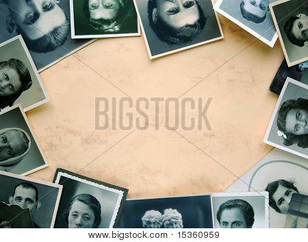Augen der alten Zeiten. Alten, abgenutzten, Gefleckte und körnig Fotografien als Frame auf gelblichen Hintergrund