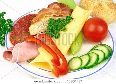 Snack-Teller mit Schinken und Käse
