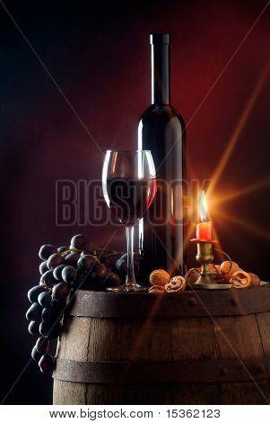 Stillleben mit Rotwein und Kerze