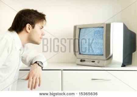 Vor dem Fernseher. Computer geändert Foto. Fügen Sie Weichheit und Gelb-Tönung für spezielle Konzeptidee.