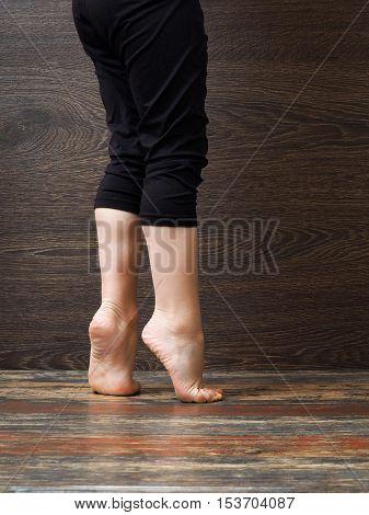 Feet on the floor of the child standing on tiptoe