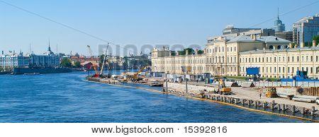 Construcción en el muelle del río Neva