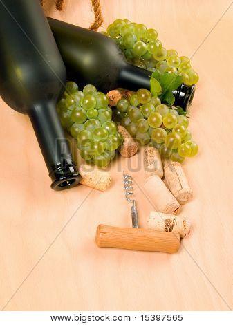 Uvas y botellas de vino mate