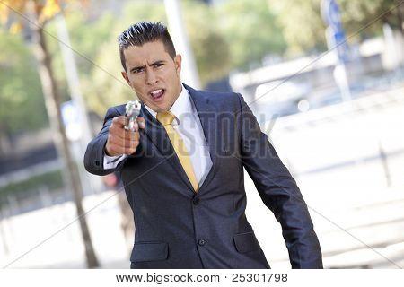 Empresário de segurança poderoso, apontando uma arma