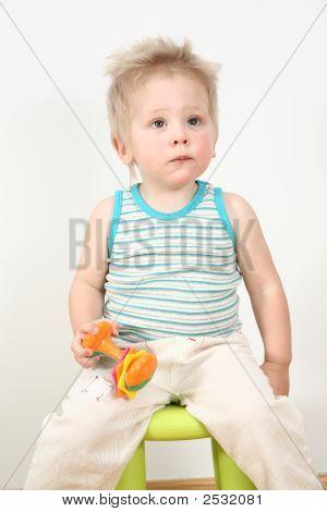 Niño en la silla con juguete
