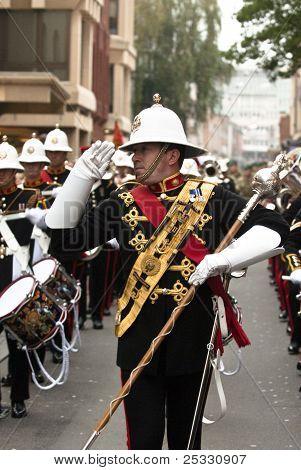O Mace Barer dá a continência durante o desfile de regresso a casa