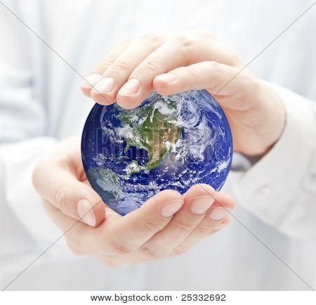 Globo en las manos