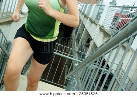 Corredor de mulher madura na cidade.
