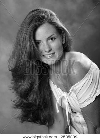 Retrato de la joven mujer morena