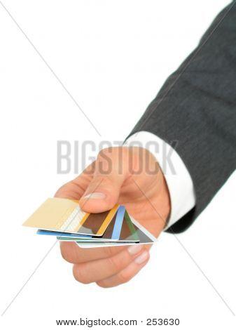 Mano de hombre de negocios de tarjetas de crédito
