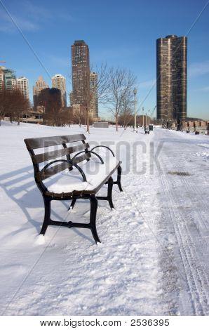 Banco vacío cubierto de nieve en Chicago