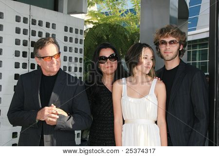 LOS ANGELES - JUNE 25: Robin Williams at the premiere of 'License To Wed' at the Cinerama Dome in Hollywood on June 25, 2007 in Los Angeles, California