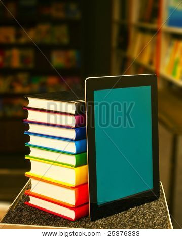 Pila de libros con un Tablet Pc