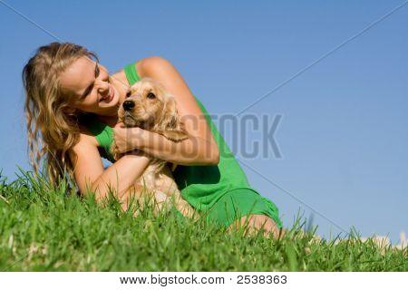 Amorosa menina com cachorro de estimação