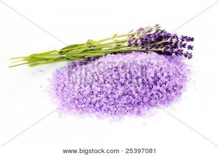 Haufen von Lavendel Badesalz mit frischen Blumen - Kosmetikbehandlung