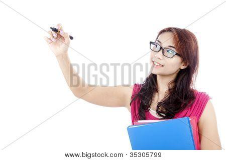 Studentin schreibt auf Exemplar