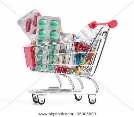 Carrito de la compra con pastillas y medicina