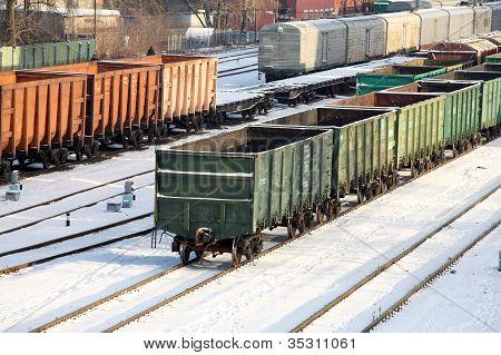 Coches de los productos básicos en los carriles