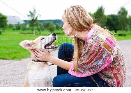 Frau mit ihrem Hund draußen spielen