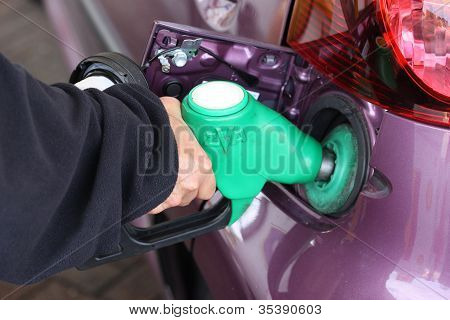 Frau füllen ein Auto Benzin-Tanks