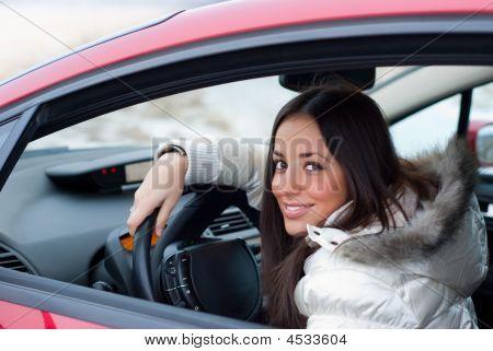 Frau in einem Auto wandte sich wieder