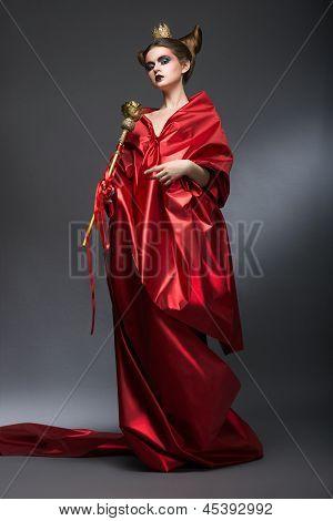 Mittelalter. Magie. Herrschaftliche Frau Assistent In Rot Pallium mit Zepter. Hexerei