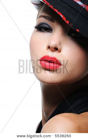 Mulher em forma chapéu com lábios vermelhos brilhantes