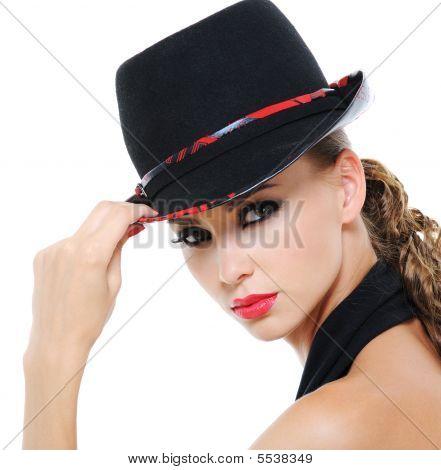 Mujer de belleza con sombrero de moda Glamour