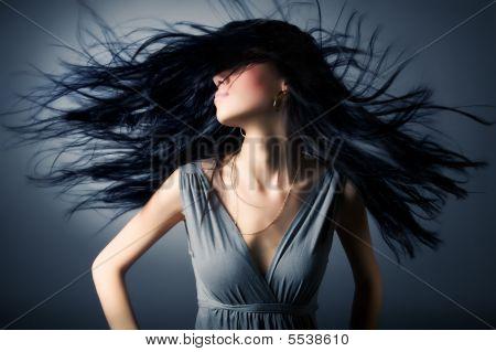 Mulher com esvoaçantes cabelos