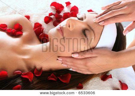 Masaje de cabeza de muchacha bonita