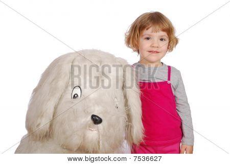 kleines Mädchen mit großen Hund Spielzeug