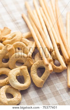the tarallini bread and grissini sticks