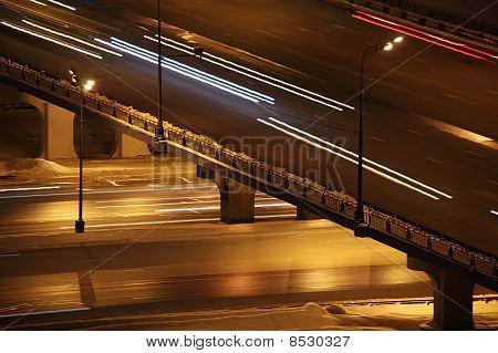 Nacht Stadt mit Brücke und Beleuchtung Spalten Straßenverkehr