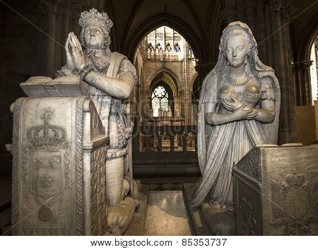 statue of queen Marie-Antoinette and king Louis XVI in  basilica of saint-denis