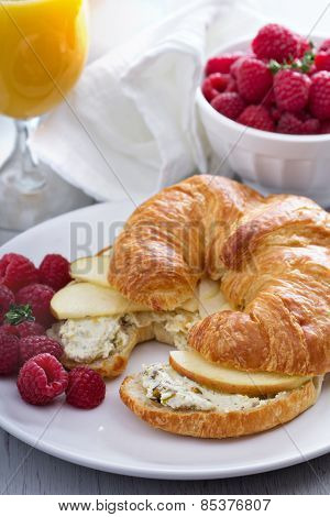 Croissant sandwich with ricotta and apples