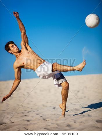 Jovem homem jogando futebol