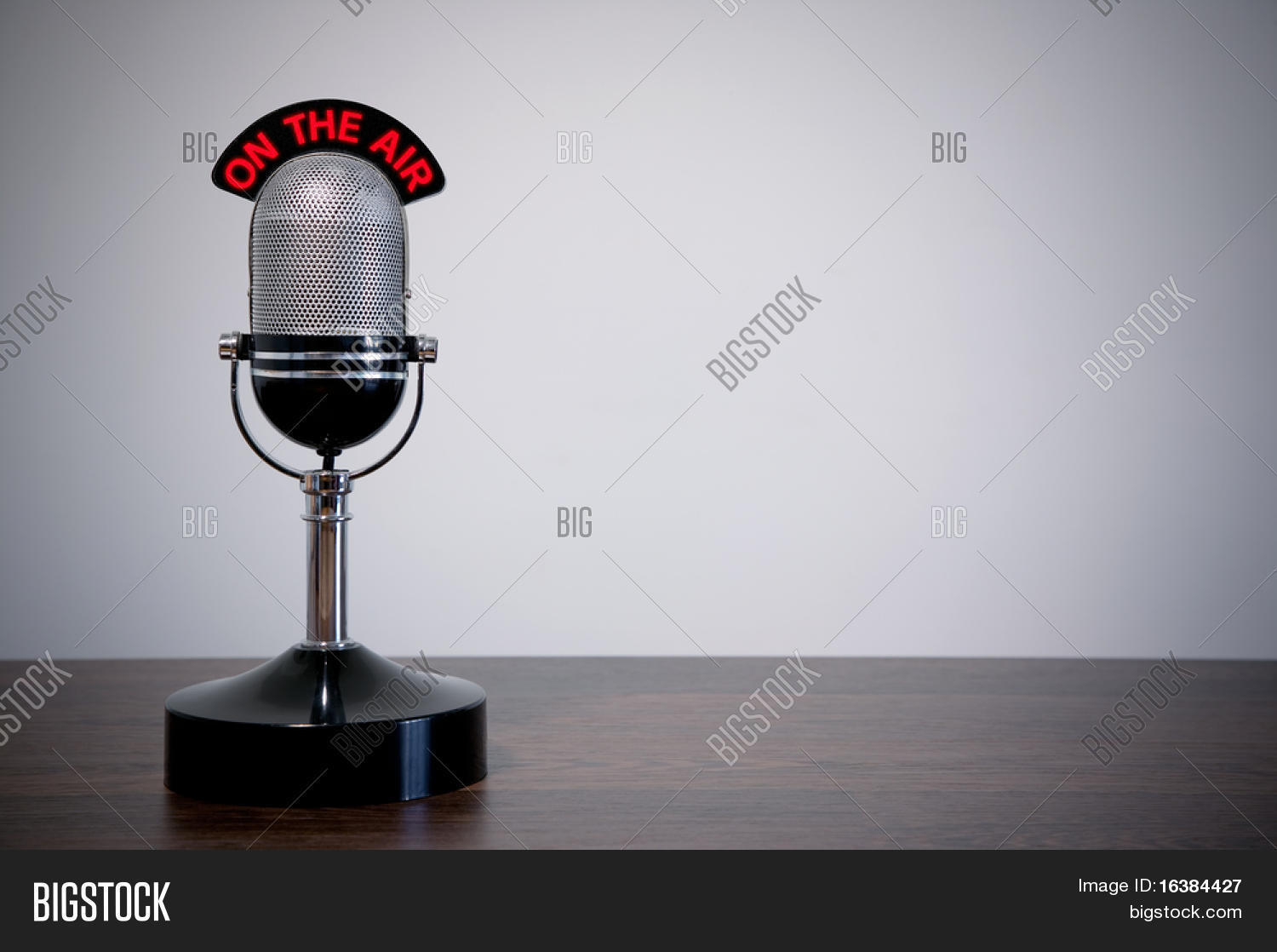microphone r tro avec une enseigne lumineuse on the air sur un bureau fond vignetted. Black Bedroom Furniture Sets. Home Design Ideas