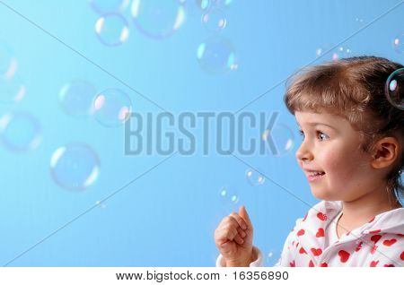 Kleine Mädchen und Blasen