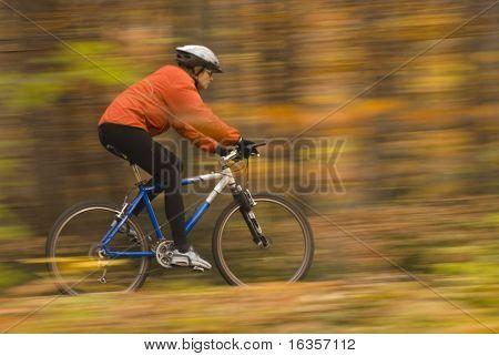 Herbst-Bike-fahren, absichtlich Bewegungsunschärfe