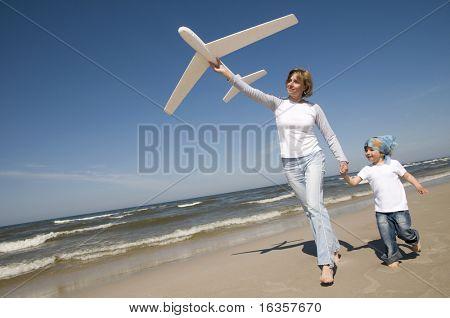Familia jugando con modelo plano