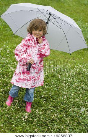 Linda chica en la lluvia.